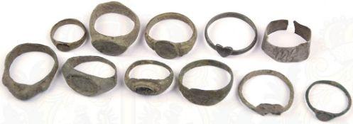 11 FINGERRINGE, meist Bronze, starker Belag, 1x Silber (?), verm. Spätantike/Mittelalter < 1078162F,