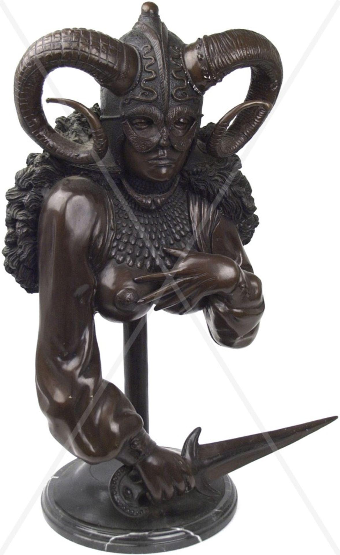 SKULPTUR, Büste einer Fantasy-Kriegerin, Weißmetall bronziert, hohl gearbeitet, junge Frau m.