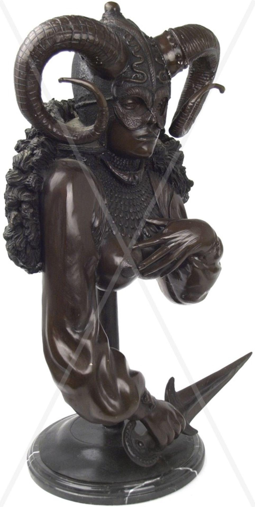 SKULPTUR, Büste einer Fantasy-Kriegerin, Weißmetall bronziert, hohl gearbeitet, junge Frau m. - Bild 4 aus 5