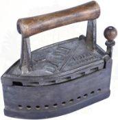 """BÜGELEISEN, Marke """"Dalli"""", """"Patent German Make"""", Gusseisen, f. Kohle-Befeuerung, klappbarer Deckel"""
