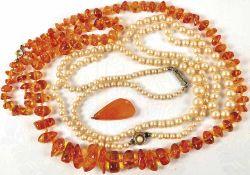 """KONVOLUT SCHMUCK: 2 Perlen-Halsketten, L. (geschlossen) 24 u. 30 cm, Montagen Silber """"835"""", Perlen"""