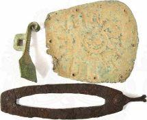 KONVOLUT BODENFUNDE: Feueranzünder, Eisen, verrostet; Teil e. Kastenschlosses, Bronze, Patina;