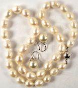 PERLEN-SCHMUCK ENSEMBLE: Halskette, Perlen-Ø 8-11 mm, geknotet, L. (geschlossen) 23 cm; Paar