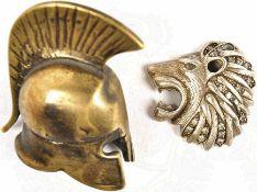 """2 ERINNERUNGSSTÜCKE """"ANTIKE"""": Löwenkopf, Silber(?), hohl gearb., eingesetzte Zirkone, 40x40 mm;"""