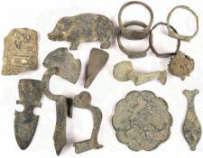 KONVOLUT BODENFUNDE, 13 Teile, römisch, 3./4. Jhd., dabei: 4 Fingerringe, 3 Bruchstücke von Gewand-