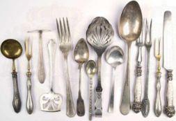 14 BESTECKTEILE, um 1900, u. a. Tafel-Gabel, -Messer u. -Löffel, Tee- u. Zucker-Löffel, Vorlege-