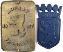 """2 FASSADENSCHILDER, """"Aufbau Programm 1957"""" u. Berliner Wappen, Metallguss, farb. lackiert, 50er"""
