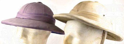 2 TROPENHELME, Kork, mit beigem u. violettem Leinen beschichtet, mit Lüftungsdom u. Lüftungslöchern,