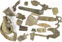 KONVOLUT BODENFUNDE, 22 Bronze-Kleinteile, versch. Epochen, Belag