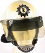 EINSATZHELM der Westberliner Polizei, weißer Kunststoff, schauseitig schwarz lackiertes Pol.-Emblem,