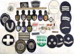 KONVOLUT UNIFORM-EFFEKTEN, ca. 40 Teile, Leitende Beamte u. Mannschaften der Westberliner Polizei,
