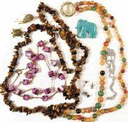 KONVOLUT MODESCHMUCK: Halskette, Amethyst-Imitat, L. 34 cm (geschlossen); Stein-Halskette, Tigerauge