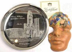 KONVOLUT: Bruchstück Berliner Mauer, eingearbeitet in maskenförmige Skulptur (Masse), 17,5x10 cm,
