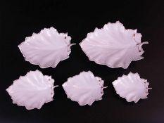 Fünf Blattschälchen Hoechst - blaue Radmarke, 20.Jh., weißes Porzellan glasiert, goldgerandet,