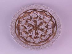 Prunkteller Meissen - Mitte 19.Jh., weiß/gold, üppig verziert mit Akanthusblättern Reliefdekor,
