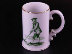 Becher Hoechst - blaue Radmarke, 20.Jh., Schauseite mit Golfspieler, grün bemalt, goldstaffiert, H.