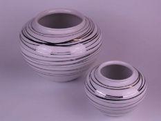 Zwei Vasen Hoechst - Hoechst, blaue Radmarke,20.Jh., gebauchte Form, weißes Porzellan mit