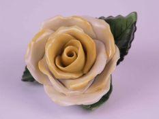Porzellanfigur Rose - Herend, Ungarn vollplastische gelbe Rose, handbemalt, minimale Chips,L.ca.8cm