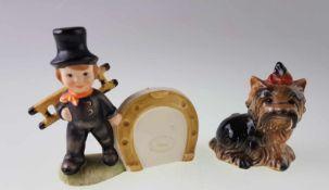 Zwei Goebel-Figuren - Schornsteinfeger mit großem Hufeisen, H.ca.7,5cm/Yorkshire Terrier mit roter