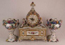 Kamingarnitur - Dresden, 20. Jahrhundert, 3-tlg. bestehend aus einer Porzellan-Pendule und zwei