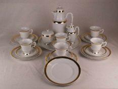 Kaffeeservice Hoechst - blaue Radmarke, weißes Porzellan, glasiert und gold staffiert,