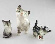 Konvolut Katzenfiguren Goebel - 3-tlg., 2 spielende und 1 liegende Katze(n), alle grünäugig,