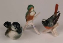 Konvolut Vogelfiguren - Goebel, 1x Gartenrotschwanz auf Ast, 1x Specht auf Ast, 1x hockender