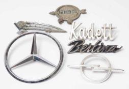 Konvolut Metallbezeichnungen technischer Geräte. Unter anderem Opel, Miele etc.