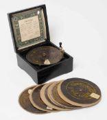 Symphonion, deutsch, um 1884 Dunkelbraun lasiertes Holzkästchen mit schön erhaltener