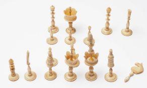 16 Bein-Schachfiguren, 19.Jhdt. Gedrechselt. Maximale Figurenhöhe 9cm. Altersspuren.