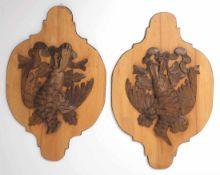 Zwei Jagdappliken Bewegte florentinische Formen aus Holz, darauf plastisch geschnitzte Vögel, an