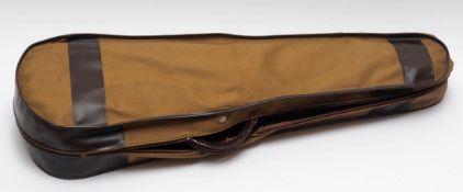 Geigenkasten, 19.Jhdt. Rotbraunes Leder, im Inneren mit grünem Samt ausgeschlagen. L.80cm.