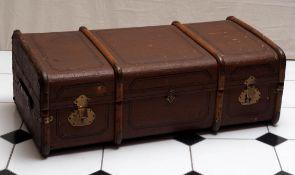 Überseekoffer Leinenbespannung mit gemalten Kassetten, umlaufende Beschläge aus Holz. 34x100x52cm.