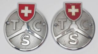 Zwei Oldtimer-Plaketten, TCS (Schweiz) Verchromt und farbig lackiert. Durchm. je 7,5cm.