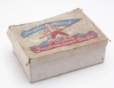 """Originalkarton """"Jungdeutschland-Stiefel"""", 30er/40er Jahre 10x28x20cm."""