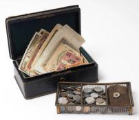 Geldkassette, um 1900 Holz mit geprägtem Leder. Darin metallener Münzeinsatz, gefüllt mit