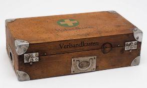 Verbandkasten, um 1950 Holz mit Metallbeschlägen. Originale Ausstattung mit Schienen,