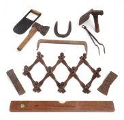 Zehnteiliges Konvolut, bäuerlich Sechs div. Werkzeuge, Hufeisen und Scherengarderobe, eiserner