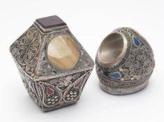 Zwei Siegel(?), orientalisch Rund bzw. rechteckig mit eingelassener Lapislazuli- bzw. Karneolplatte,