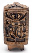 Friedhofslampe Gebogte, dreikantige Form mit durchbrochenen Wandungen. Bronze mit hellbrauner