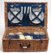 Picknickkorb für vier Personen Vier Becher aus Keramik, dazu vier Teller, zwei Thermoskannen und