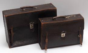 Zwei Lederkoffer, 20er Jahre Genarbtes Rindsleder. L.46 bzw. 52cm.