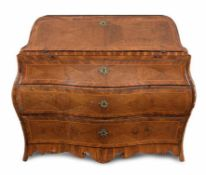 An elegant walnut bureau 18th century, 105x130x60cm.
