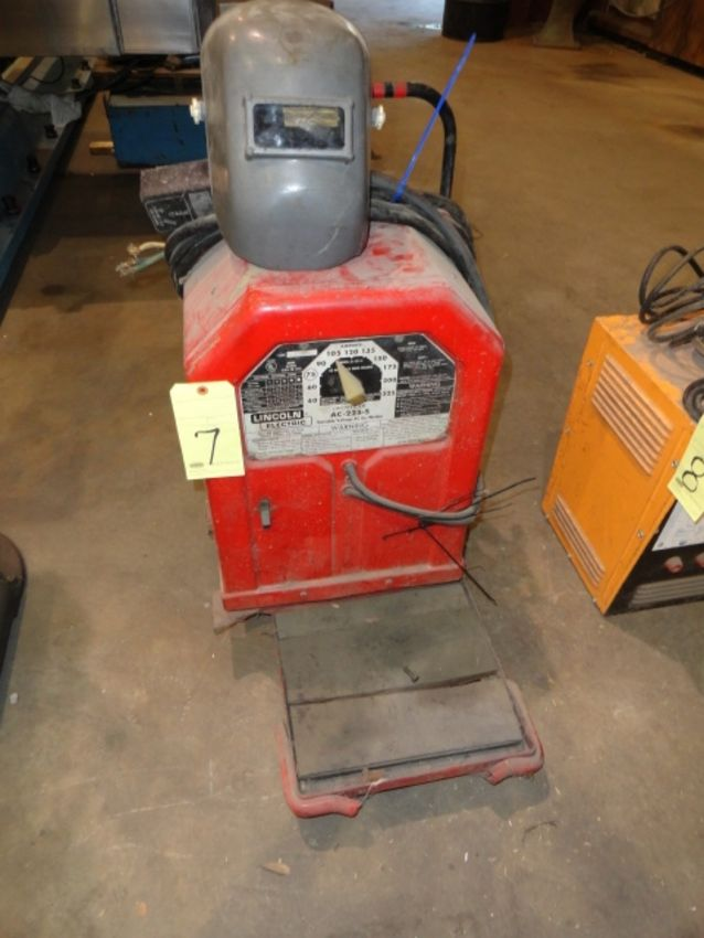 Lot 7 - ARC WELDER, LINCOLN ELECTRIC MDL. AC-225-S, w/(2) welding curtains