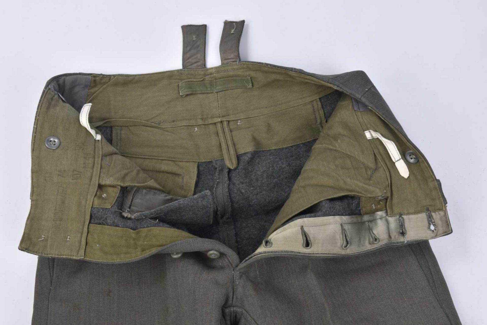 Pantalon en gabardine italienne. Modèle 44, en gabardine grise, tous les boutons sont présents. - Bild 3 aus 4