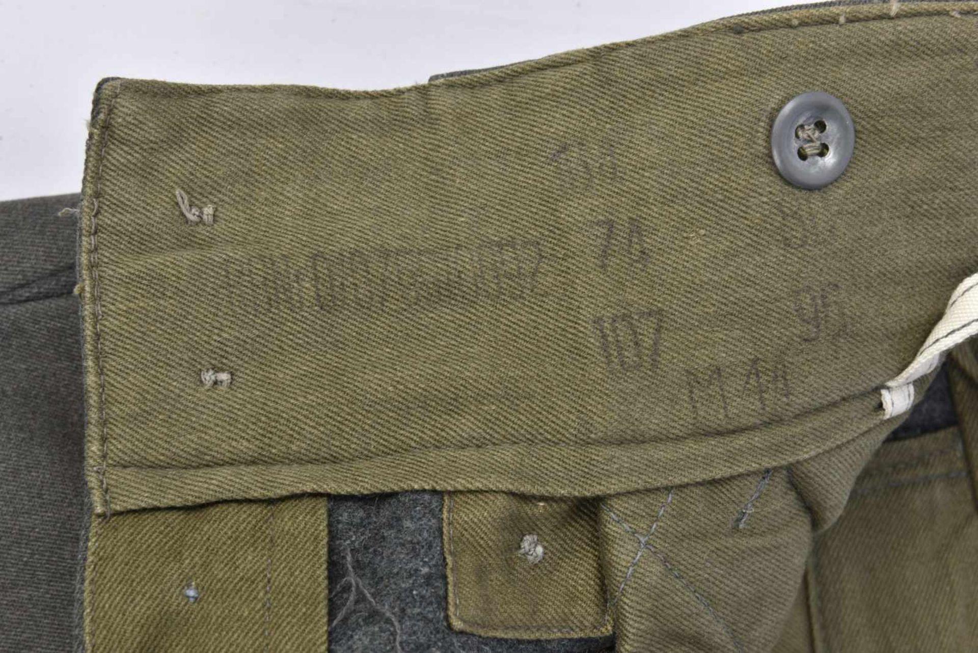 Pantalon en gabardine italienne. Modèle 44, en gabardine grise, tous les boutons sont présents. - Bild 2 aus 4