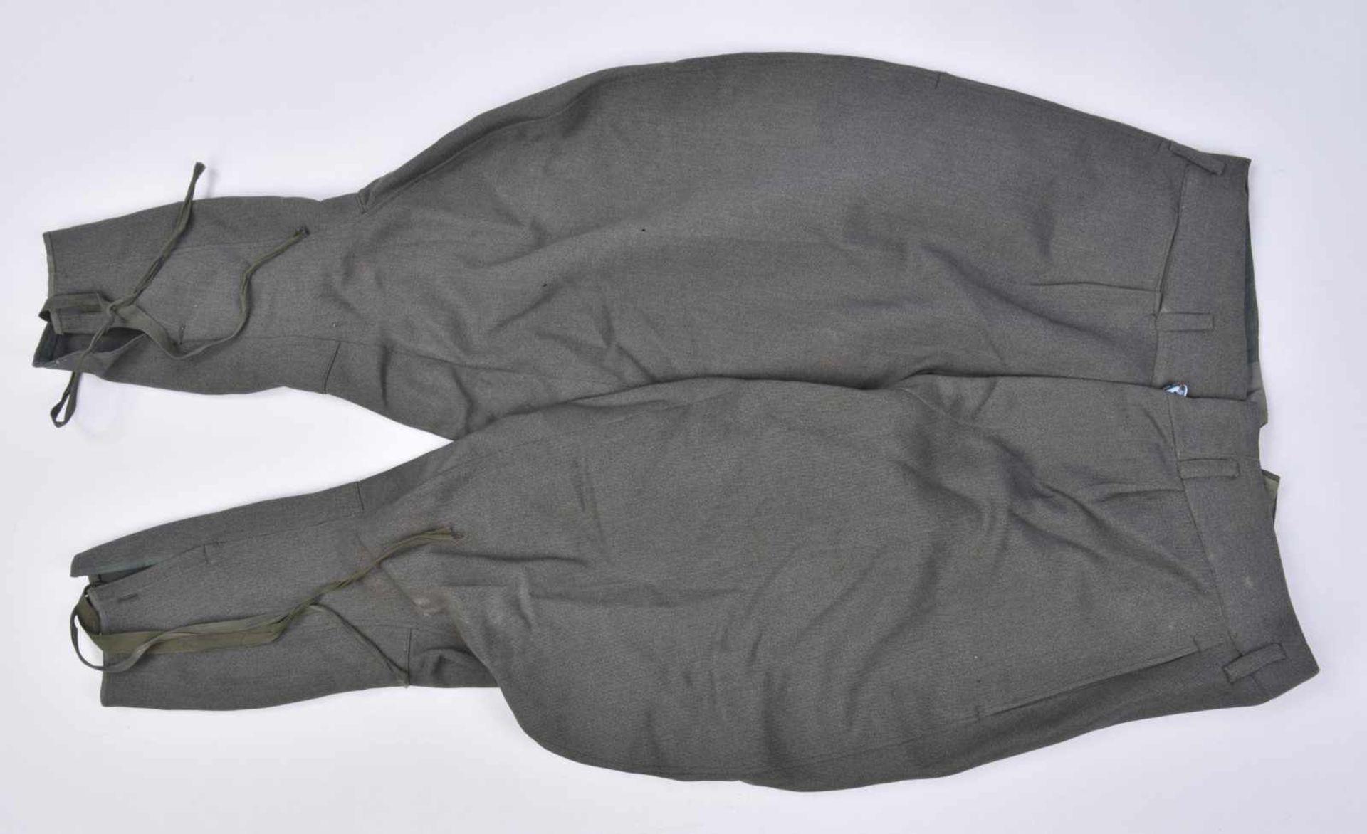 Pantalon culotte de cheval en gabardine grise, probablement une confection tailleur. Tous les