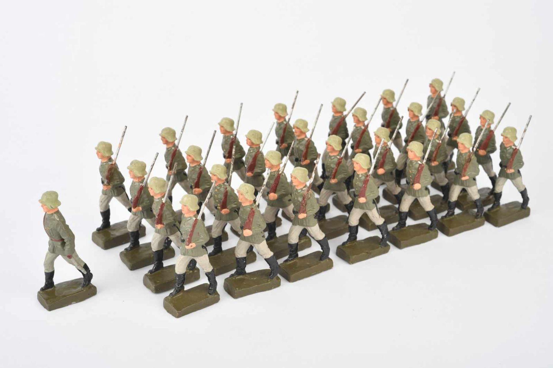 Ensemble d'Elastolin. Comprenant une trentaine de soldats allemands en défilé. Aucuns marquages