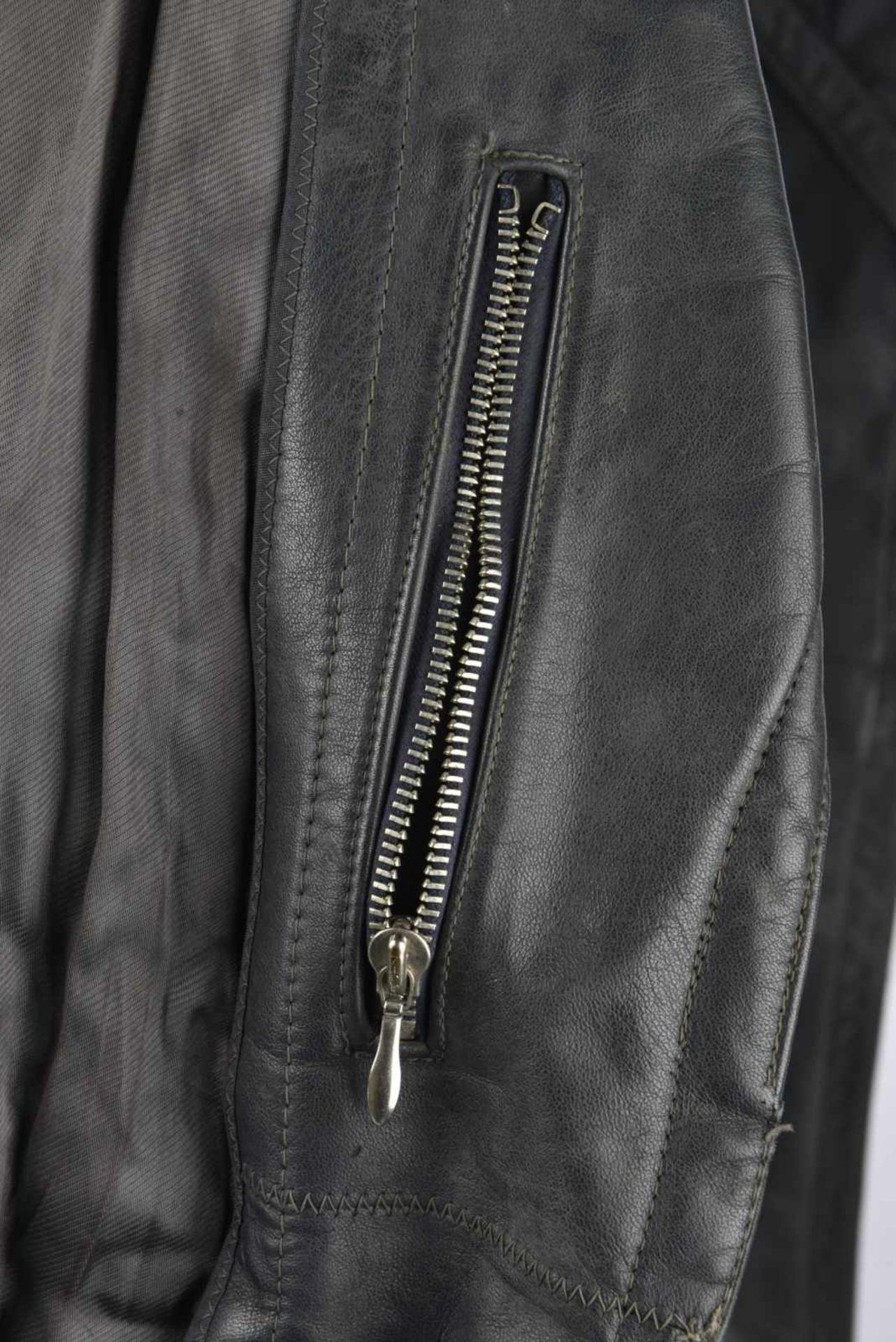 Manteau d'officier en cuir en épais cuir noir, tous les boutons sont présents, ainsi que la ceinture - Bild 3 aus 4