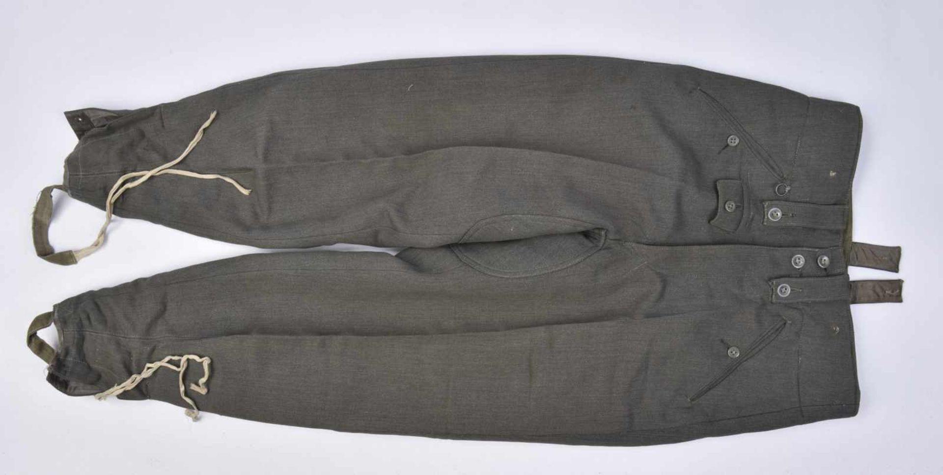 Pantalon en gabardine italienne. Modèle 44, en gabardine grise, tous les boutons sont présents.